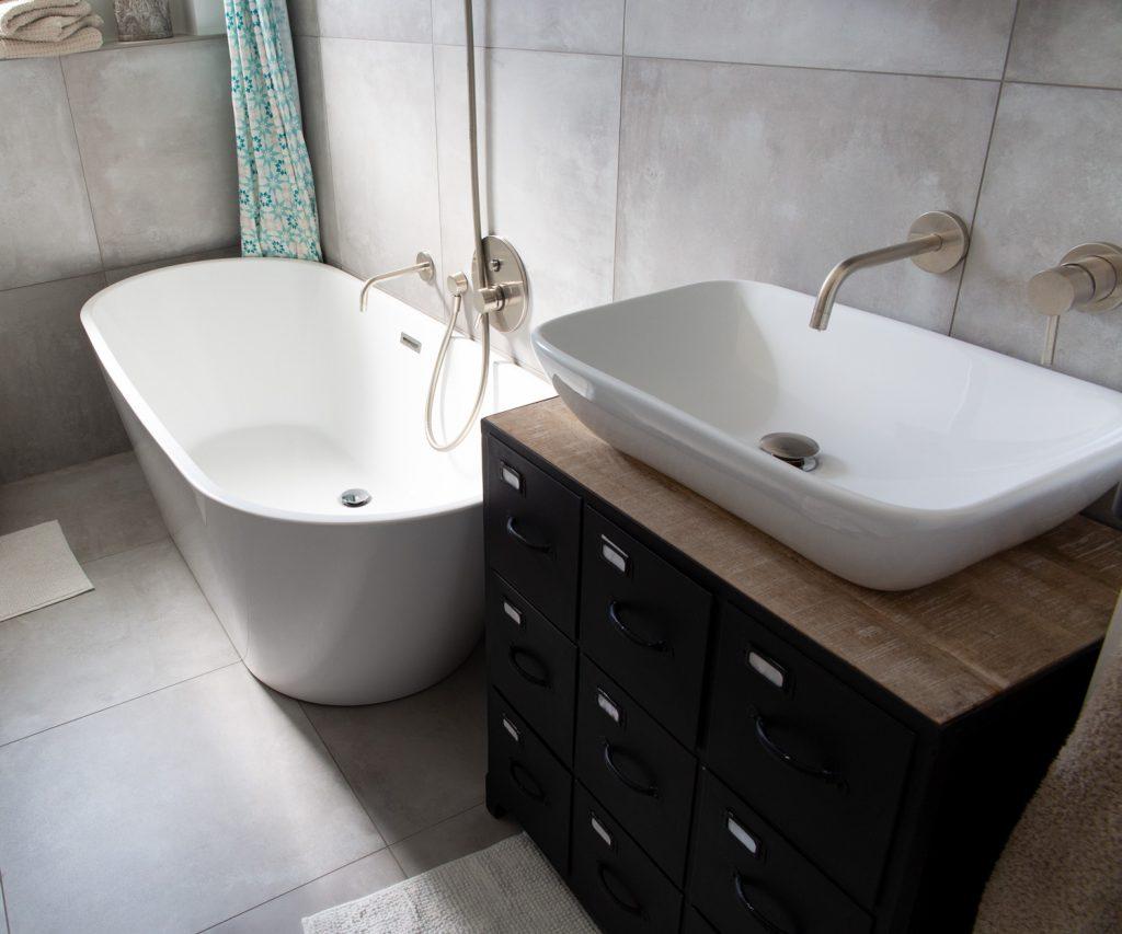 Das neu renovierte Badezimmer mit Betonoptikfliesen
