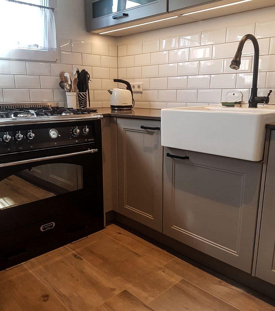 Metrofliesen kombiniert mit Holzoptik in der Küche