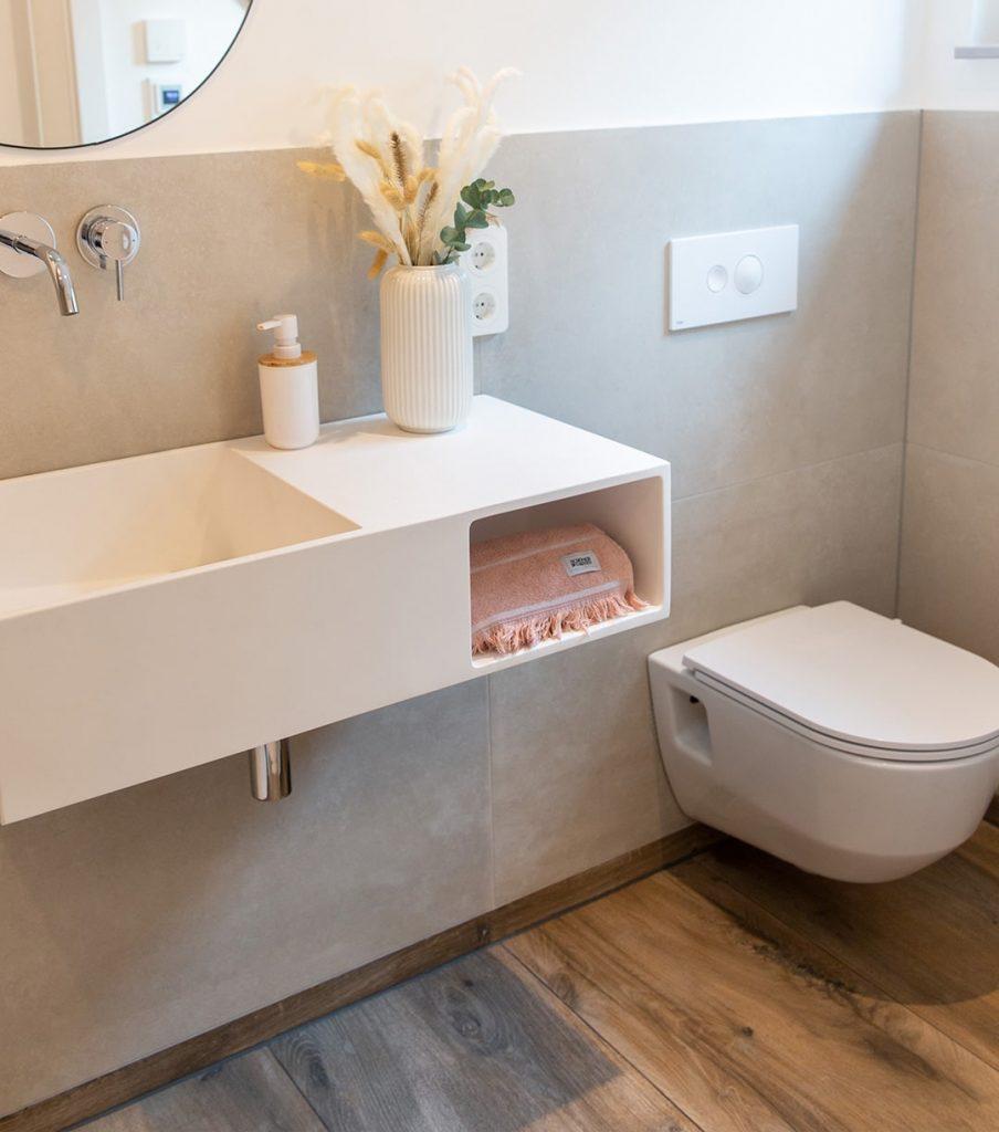 Gäste-WC mit Fliesen an Wand und Boden