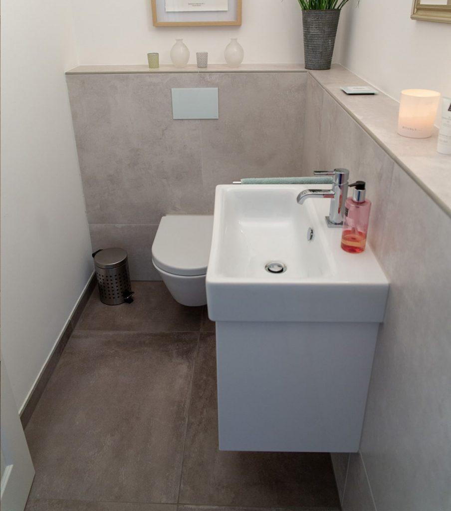 Kleines Gäste-WC mit XXL Fliesen